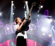 Angus Young, um dos maiores guitarristas de todos os tempos