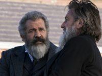 "Foto: Mel Gibson e Sean Penn em cena de ""o Gênio e o Louco"". crítica de Ricardo Feltrin, site Ooops"